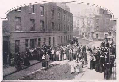 A London crowd waiting for an inquest verdict (1901)